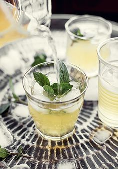 Lemonade with fresh mint & Maple Cocktail Drinks, Cold Drinks, Yummy Drinks, Cocktails, Wine Recipes, Vegan Recipes, Cooking Recipes, Juice Smoothie, Smoothies