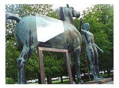 Sehenswürdigkeiten München: Wunden der Erinnerung   An der Westseite der Alten Pinakothek steht die Figur eines Mannes, der ein Pferd an der Leine führt. ...