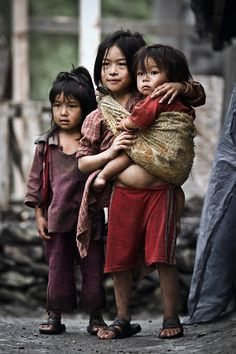 Photo by Luiza Boldeanu, Langtang circuit, Nepal, 2011 Poor Children, Precious Children, Beautiful Children, Kids Around The World, People Around The World, Cute Kids, Cute Babies, Sad Pictures, Mother And Child
