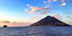 Assiya est un volcan sous-marin, comme 75% des volcans terrestres ! Mais attention, car Assiya est un volcan qui ne dort que d'un œil... et susceptible de se réveiller à tout moment, sous forme de geyser, voire de tsunami ! Et quand le volcan Assiya, du fond des eaux, entre soudain en éruption... fuyez, braves gens ! Car c'est un ouragan d'émotions que j'aperçois à l'horizon !