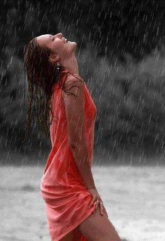 -Beautiful colorful pictures and Gifs: Raining Day gifs-Bajo la lluvia fotos Girl In Rain, I Love Rain, Walking In The Rain, Singing In The Rain, Gifs Amor, Rain Gif, Smell Of Rain, Foto Portrait, Rain Days