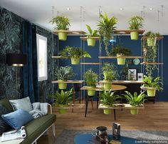 Un mur végétal fait office de séparation dans le salon. #mur #végétal