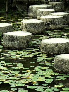 Stepping-stones, Heian Jingu, Kyoto, photo by Soemmia.
