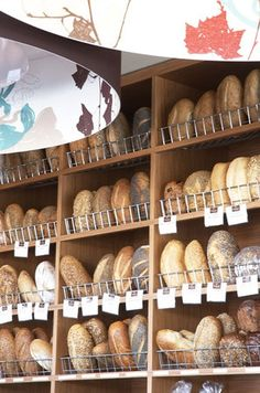 hate this display. it's all about the shelves rather than the bread.