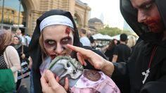 """Als Nonne und Mönch verkleidetes Paar beim """"Zombie Walk """""""