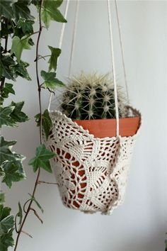 How to Make Macrame Plant Hanger DIY: Inspiring Projects - Crochet Plant Hanger, Plant Hangers, Doilies Crafts, Decoration Plante, Crochet Home, Diy Crochet, Hanging Planters, Hanging Basket, Diy Projects