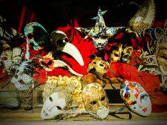No es Venecia, esta tienda se encuentra en Barcelona.  Pero cuando la miras te transporta al Carnaval.