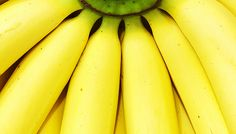 तुम्ही केळी खाऊन त्याची साल इकडे-तिकडे फेकत असाल तर इकडे लक्ष द्या! तुम्ही ही सवय बदला... कारण, हीच केळीची साल तुमच्या आरोग्यासाठीही पोषक ठरते.