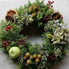 ۰•●★ Christmas Door Wreaths, Handmade Christmas Decorations, Christmas Flowers, Xmas Decorations, Holiday Decor, Classy Christmas, Christmas Art, Corona Floral, Wreaths And Garlands