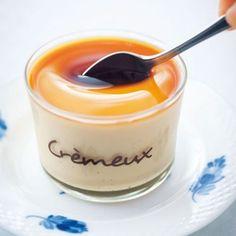スプーンですくったときのやわらかさは、とろとろプリンならではの魅力。 材料(大4個) 水…大さじ2 粉ゼラチン…1袋(5g) 卵…2個 卵黄…3個分 グラニュー糖…50g 牛乳…1と1/2カップ 生クリーム…1/2カップ バニラビーンズ…1/2本 [カラメルソース]材料(作りやすい1回分) グラニュー糖…50g 水…小さじ1 湯…1/4カップ 作り方 1 【プリン生地】を作る。 小さなボウルに分量の水を入れてゼラチンをふり入れ、軽く混ぜてふやかす。 2 鍋に牛乳とグラニュー糖を入れる。バニラビーンズはさやに切り込みを入れて種をとり出し、さやと種を鍋に入れて火にかける。 3 沸騰する手前まで温めて火を止め、[1]のゼラチンを残さずに加えてよく溶かし、生クリームを加える。 4 ボウルに全卵と卵黄を入れ、泡立て器でよくほぐす。 5 [4]に[3]を加えてよく混ぜ、一度こしてなめらかにする。 6 プリン生地を入れたボウルを氷水に当て、しばらく混ぜながら冷やす。軽くとろみがついてきたら器に流し入れ、冷蔵庫で冷やし固める。 7 【カラメルソース】を作る。…