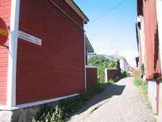 Kissanpiiskaajankuja, a famous alley in Kristinestad (Kristiinankaupunki), Finland. Third narrowest street in Finland. Places Around The World, Around The Worlds, Wooden House, Finland, Third, Beautiful Places, Garage Doors, Street, Outdoor Decor