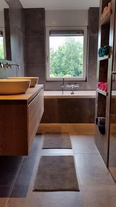Moderne badmeubel opstelling met stoere planken en strakke opzet wastafel opzet waskommen - Badkamer muur tegels porcelanosa ...