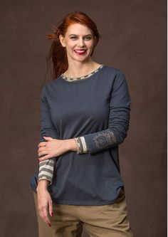 """sizes S-XXL Top """"Apple"""" in organic cotton Comfortable shirt in soft organic cotton with fine rounded bottom and inside of a contrasting color. Playfully apple printed on the bottom of one of his sleeve. Regular fit. Length / M: 72 cm Item number 65402 Price SEK 495"""