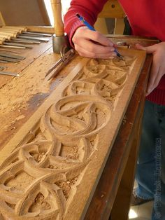 ORNAMENTAL WOODCARVER Patrick Damiaens: 'A course ornamental woodcarving'