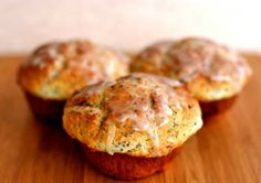 Perfect poppy seed muffins with lemon zest and a sugar lemon glaze. Perfect poppy seed muffins with Lemon Poppyseed Muffins, Lemon Muffins, Muffin Recipes, Breakfast Recipes, Pate A Muffins, Paleo, Good Food, Yummy Food, Cupcakes