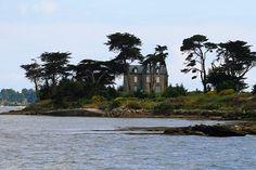 Un petit manoir sur une des nombreuses iles du Golfe du Morbihan.
