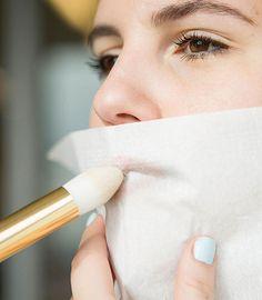 Vous ne le savez peut-être pas, mais votre trousse à maquillage et votre salle de bains sont des lieux presque magiques où tous les détournements sont possibles! Le contouring, le maquillage oeil de biche, les lingettes matifiantes ou les crayons yeux classiques peuvent être détournés grâce à nos conseils make-up. Voici 17 révélations et autant d'astuces maquillage qui vont vous changer la vie. C'est parti pour le plein de beauty tips!