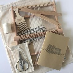 Tissage Kit Medium contient tous les outils nécessaires et un guide d'instructions à la main. Vous pouvez prendre ce métier à tisser avec vous partout où vous allez et il fonctionne parfaitement pour la création des tentures murales tissées ou autres textiles. Tous les outils sont triés
