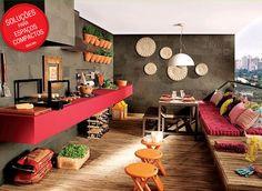 Aqui a ideia é pra quem tem um pouquinho mais de espaço. A sacada coberta se transformou num super espaço pro churrasco com balcão, pia, banquinhos, mesa e até um futon.