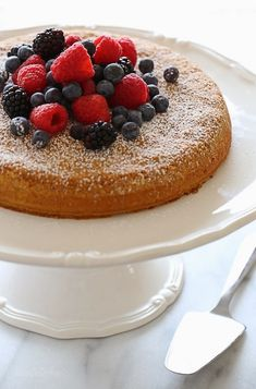 6 SPs = This simple almond cake is made with just five ingredients (not counting the berries), but don't let it's simplicity fool you – it's delicious (and it also happens to be gluten-free)! Almond Recipes, Ww Recipes, Cake Recipes, Dessert Recipes, Skinnytaste Recipes, Luncheon Recipes, Nutella Recipes, Brunch Recipes, Baking Recipes