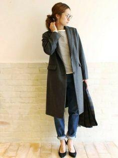 ボーダーカットソーにデニム、チェスターコートを合わせたスタイル。全体的に暗くなりがちな秋冬スタイルにボーダーを取り入れることで、明るいカジュアル感や若々しさが加わります。 Japan Fashion, Look Fashion, Unique Fashion, Girl Fashion, Fashion Outfits, Womens Fashion, Fashion Trends, Winter Outfits Women, Fall Outfits