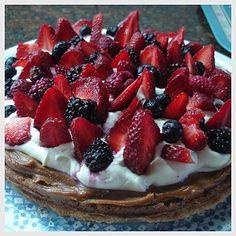 Torta crocante de almendras con dulce de leche y frutos rojos