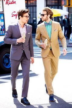 スーツにソフトクリーム。