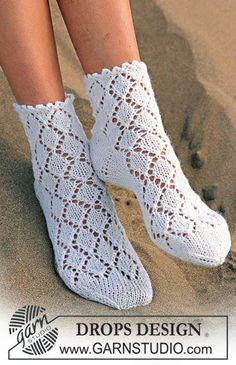 DROPS Sokker med hullmønster i Camelia Gratis oppskrifter fra DROPS Design. Knitted Socks Free Pattern, Crochet Slippers, Knitting Patterns Free, Knit Crochet, Crochet Patterns, Drops Design, Lace Knitting, Knitting Socks, Knitting Stitches