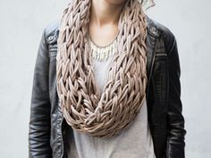 DIY-Anleitung: Loopschal mit den Armen stricken via DaWanda.com - armknitted scarf vegan wool