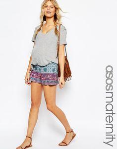 Imagen 1 de Pantalones cortos plisados con diseño de cachemir en el borde de ASOS Maternity