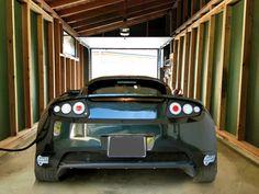 Intérieur d'un garage (Solaire Box) + borne de recharge solaire + voiture électrique (Tesla)