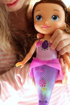 Bathtime just became more magical with Disney Junior's Sofia the First Mermaid Magic Princess doll. Watch her swim across the water, light up in a variety of colors, and sing a song right from the hit Disney Junior series, Sofia the First!