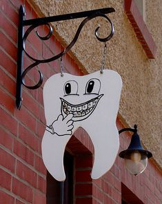 So simple and so straight to the point! Cute Orthodontist sign.
