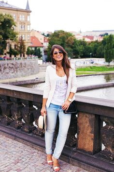 Blazer com corte mais social Camiseta branca com estampa Calça skinny jeans Sandália rasteirinha