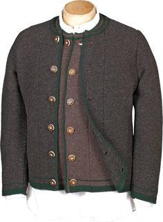 Wunderschöne traditionelle Strickjacke überzeugt mit trachtigen Details. Eine gestrickte braune Jacke, ein unverzichtbares trachtiges Basic für die Herren, toll kombinierbar zur kurzen Lederhose, aber auch zu langen und Kniebundlederhosen [Unser Preis: 139,00€]