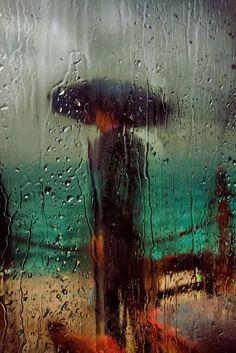 Charismatique Reproduction by Saul Leiter. Irréel Reproduction by Saul Leiter. Saul Leiter, Street Photography, Art Photography, Levitation Photography, Exposure Photography, Fashion Photography, I Love Rain, Walking In The Rain, Photo D Art