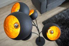 Świetna, industrialna lampa stojąca Hammered Magma rozświetli każde wnętrze dodając mu nowego brzmienia. Połączenie czerni ze srebrnym kolorem wnętrza lampy sprawia, że lampa ma ponadczasowy dizajn. Lampa odnajdzie się we wnętrzach w stychach od minimalistycznego po ekstrawagancki. Sprawdź również inne wersje lampy Hammered.