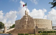 Monumento a la patria.   Se encuentra localizado en paseo de montejo. Es obra del escultor Romulo Rozo, quien a través de esta obra nos muestra parte de la historia de México, desde la fundación de Tenochtitlán hasta mediados del siglo XX. En este monumento encontramos muchos detalles de Yucatán, como por ejemplo. El escudo de la ciudad de Mérida, El chacmol, la choza maya, 2 caballeros tigres armados y postrados, representando la entrega y protección de las fuerzas armadas de México.