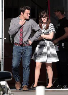 Показаны ее полосы: Зуи Дешанель посмотрел спортивный в черно-белом полосатом платье, как она снимала сцену с одной из главных ролей Джейк Джонсон в Лос-Анджелесе в четверг для их показа новой девушкой