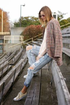 Ripped jeans and converse Jeans And Converse, Converse Style, Outfits With Converse, Casual Outfits, Converse Fashion, Ripped Jeans Style, Ripped Boyfriend Jeans, Street Style 2014, Women Wear
