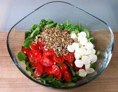 Feldsalat mit Tomate, Mozarella und Sonnenblumenkernen! Und so geht's: Feldsalat waschen Cherry-Tomaten waschen und schneiden, Mozzarella schneiden, alles in eine Schüssel geben und mit Pfeffer, Salz, Olivenöl und Balsamico-Dressing würzen. Anschließend röstest du ein paar Sonnenblumenkerne in einer kleinen Pfanne an und gibst diese über den Salat! Noch einmal umrühren und servieren!! Alternativ kann eine … … Weiterlesen →