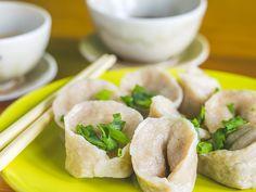 Chińskie pierożki / Chinese dumplings. Od kiedy skosztowałam ich w pewnej chińskiej knajpce, chodziły za mną bezustannie. W końcu postanowiłam spróbować własnych sił, a tu zaskoczenie – są proste i szybkie w wykonaniu! Niestety znikają w podobnie zatrważającym tempie…
