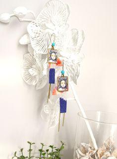 Boucles d'oreille tissu japonais bleues, rouges et roses, illustrées geishas Aoki. : Boucles d'oreille par mes-tites-lilis