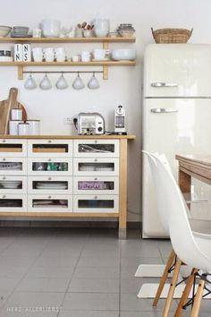 Gavetas con vidrio, todo a la vista. ideas-deco-como-decorar-cocinas-blancas-estilo-retro
