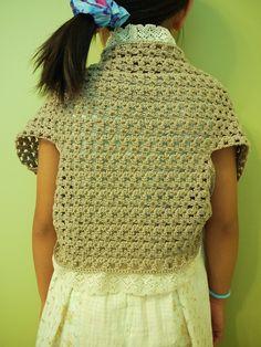 前回のグラニーバッグに使った毛糸が大量に余ったので、子供用のボレロ(115cm)を作ってみました。 これでおよそ毛糸5玉分。  襟や裾にトーションレ...