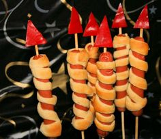 Edible New Years Eve rockets ⋆ Essbare Silvester Raketen ⋆ Kindergeburtstag-Planen.de Are you still looking for a sparkling idea for the New Years buffet with children? With these New Years Eve rockets, your children and guests can take off culinary. Silvester Snacks, Party Silvester, Bonfire Night Food, Porc Au Caramel, Party Buffet, Snacks Für Party, Food Humor, New Years Eve, Finger Foods