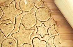 Biscuiti din turta dulce (fara zahar)- reteta de preparat împreuna cu cei mici Lab, Biscuit, Cookies, Desserts, Food, Monogram, Crack Crackers, Tailgate Desserts, Deserts
