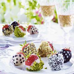 Schokoladen überzogene Erdbeeren mit Nüssen Rezept