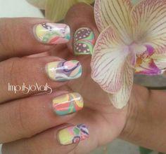 Nail art pastel abstrait et watermarble