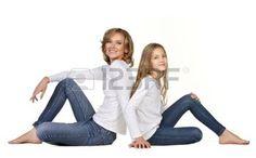 madre e hija: joven madre con hija sentada aislados en blanco
